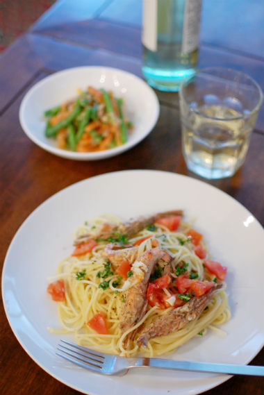 ガサエビとフレッシュトマトのスパゲティーニで白ワイン。