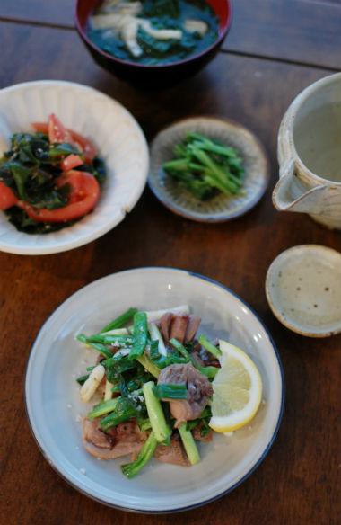 砂肝とわけぎの塩炒め、トマトとわかめのサラダ献立。