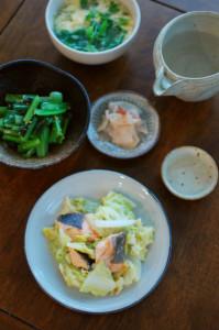 春キャベツと鮭のしょうが味噌炒め、小松菜のナムル献立。