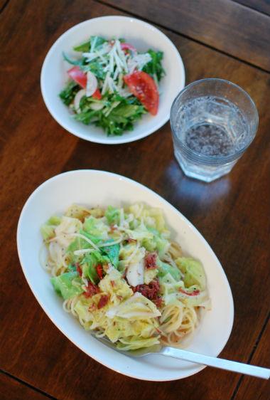 コンビーフと春キャベツのパスタ、水菜とトマトのサラダで家飲み