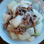 牛肉と玉ねぎのしょうゆ炒め、マッシュルームサラダ献立。
