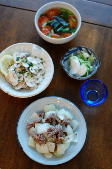 牛肉と玉ねぎのしょうゆ炒め、マッシュルームサラダで家飲み