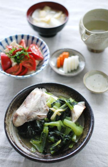 ぶりあらと青菜のしょうが蒸し、トマトと塩昆布の奴献立。