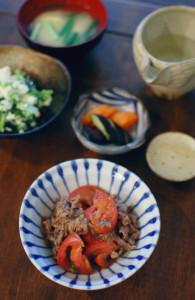 トマトと牛肉のしょうゆ炒め、小松菜のわさび白和えで家飲み