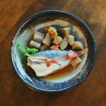 あじとこんにゃくの梅煮、あら出汁水菜の味噌汁献立。