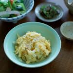 新玉ねぎ卵炒め、小松菜と蒸し鶏の梅和え献立。