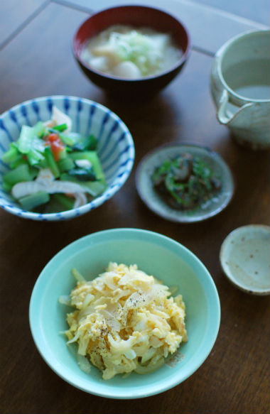 新玉ねぎ卵炒め、小松菜と蒸し鶏の梅和え献立