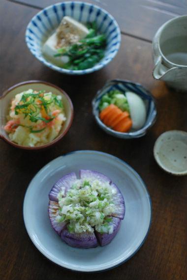 焼き紫大根のねぎ塩のせ、つるむらさきと豆腐の煮びたしで晩酌
