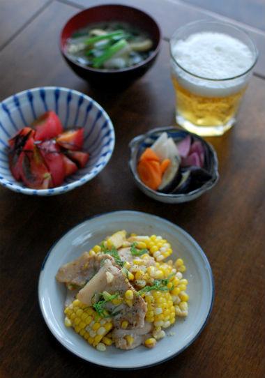 とうもろこしと豚肉のしょうゆ炒め、トマトの塩昆布和えで晩酌