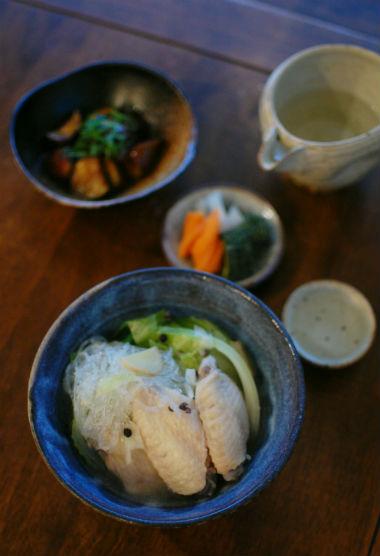塩手羽とキャベツのスープ煮、なすの黒酢炒めで晩酌