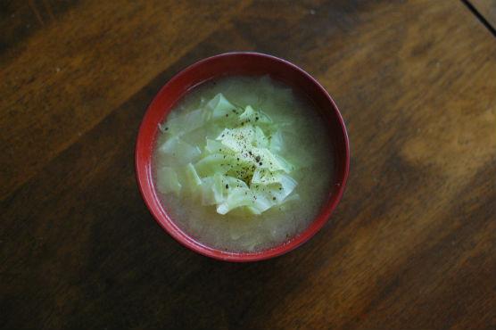 鶏出汁キャベツ味噌汁