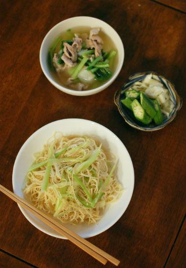 香港土産の鶏蚕麺でネギ焼きそば