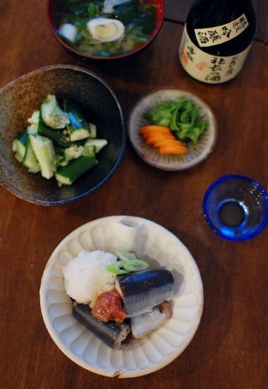 秋刀魚の梅昆布蒸し、たたききゅうりで晩酌