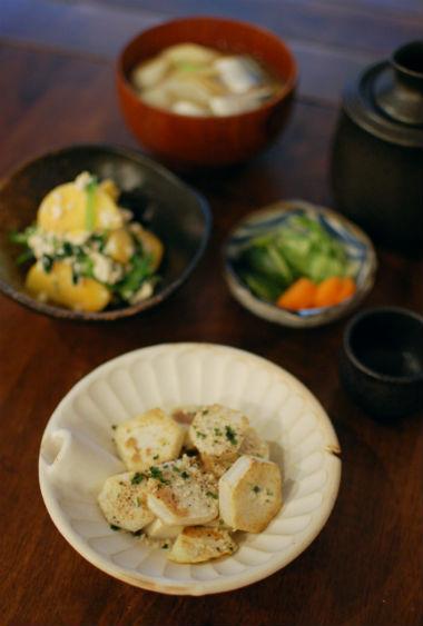 焼き里芋、秋刀魚のしょうが味噌汁で晩酌