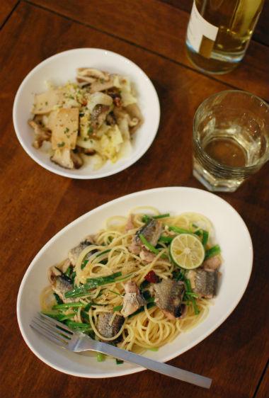 秋刀魚と小ねぎのスパゲティで白ワイン
