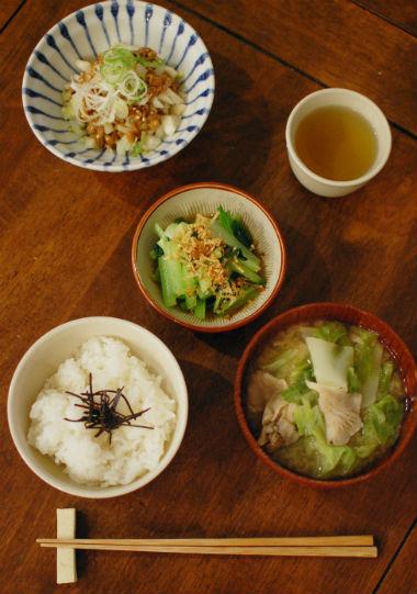 大根、キャベツ、ひらたけの味噌汁、漬もの納豆献立。