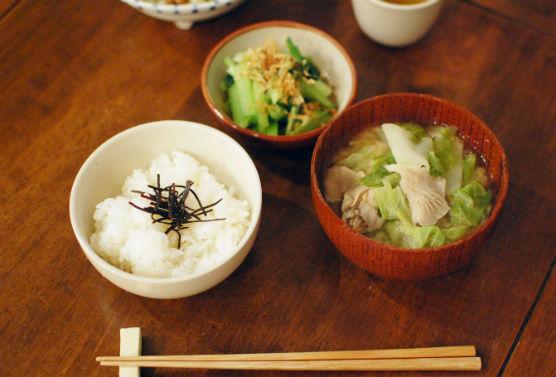 シンプル献立 味噌汁とごはんの夕食