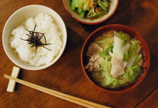 大根、キャベツ、ひらたけの味噌汁 小松菜のおひたし 漬もの納豆 塩昆布ごはん