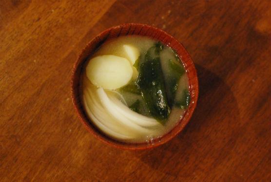 玉ねぎとじゃがいもとわかめの味噌汁