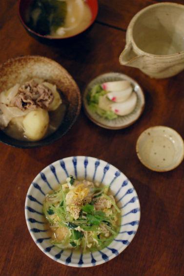 えのきと三つ葉の卵とじ、わかめと玉ねぎの味噌汁で晩酌