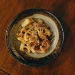 れんこんと豚肉の黒酢炒め、豆腐と春菊のスープ献立。