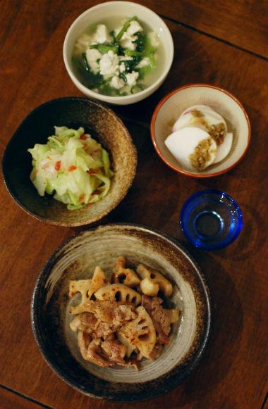 れんこんと豚肉の黒酢炒め、豆腐と春菊のスープで晩酌