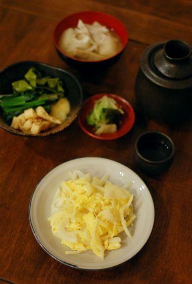 黒はんぺん汁、玉ねぎの卵炒めで晩酌