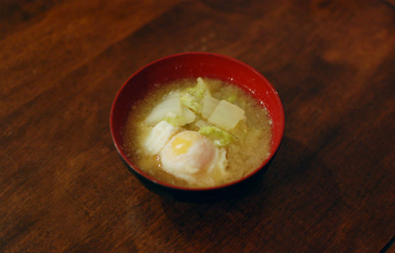 白菜と落とし卵の味噌汁