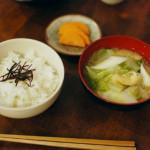 休肝日ごはん 菜の花の卵和え、白菜と油揚げの味噌汁献立。