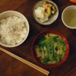 休肝日ごはん 小松菜の納豆和え、せりと揚げの味噌汁献立。