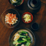 むね肉とちぢみ小松菜のしょうが炒め、京にんじんの白和え献立。