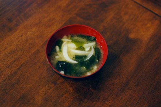 新玉ねぎとわかめの味噌汁