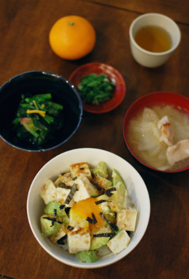 休肝日ごはん アボカド豆腐丼、ほうれん草のゆずびたし献立