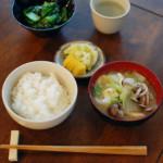 白菜としめじの味噌汁 ぬか漬け 小松菜の塩昆布和え ごはん