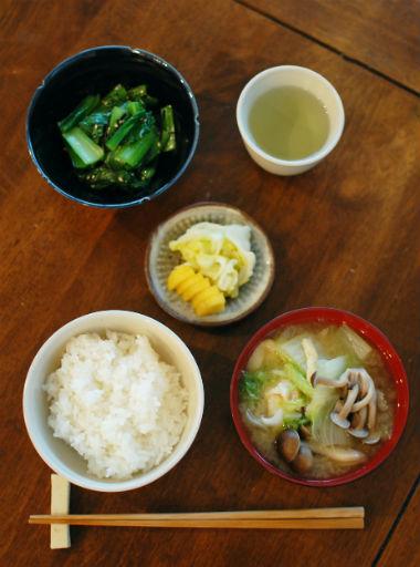 休肝日ごはん 白菜としめじの味噌汁、小松菜の塩昆布和え献立。