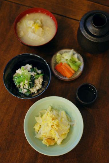 新玉ねぎの卵炒め、粕汁入り味噌汁で晩酌