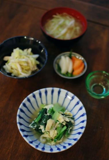 小松菜の卵とじ、キャベツと蒸し鶏のわさび和えで家飲み