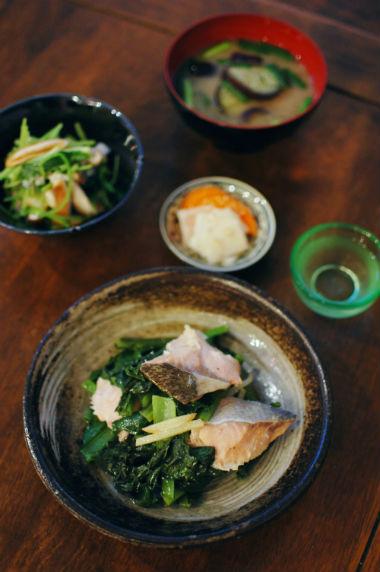 鮭と小松菜のオイル蒸し、しいたけと三つ葉のおろし和えで家飲み