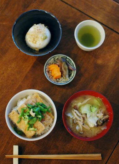 休肝日ごはん きつね丼、たま豆腐献立。