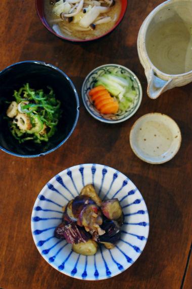 キャベツとしめじ揚げ味噌汁 ぬか漬け ちくわとピーマンの塩昆布和え なすのにんにく炒め