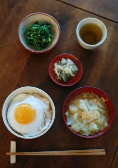キャベツと揚げの味噌汁 ぬか漬け にんじん葉の胡麻和え 目玉焼き丼