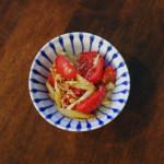 トマトとエシャロットの炒めもの、レタスとのりのサラダ献立。