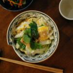 休肝日ごはん きつね丼、小松菜とにんじんのごま酢和え献立。