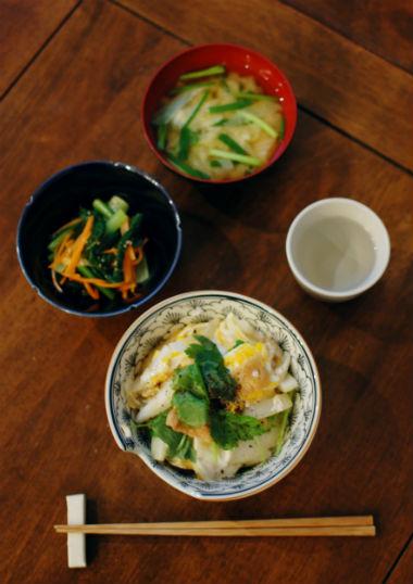 休肝日ごはん きつね丼、小松菜とにんじんのごま酢和え献立