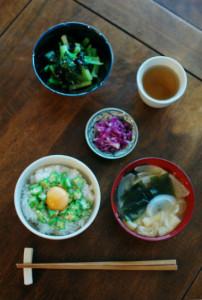 休肝日ごはん オクラ丼、小松菜の海苔和え献立。