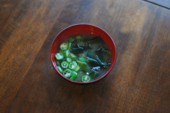 島オクラとわかめの味噌汁