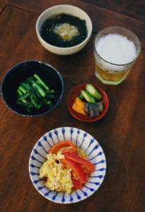 トマトと卵の炒めもの、にらのおひたし献立。