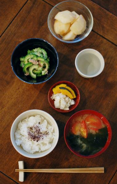 休肝日ごはん ゴーヤとツナの和えもの、トマト味噌汁献立