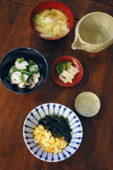卵とわかめの炒めもの、かぶのゆかり和え献立。