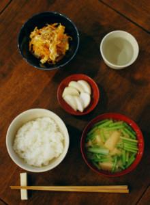 休肝日ごはん にんじんしりしり、かぶの葉の味噌汁献立。